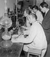 Praktická cvičení pokročilých posluchačů fyzikální chemie, pracujících pod vedením J. Heyrovského, který v roce 1959 obdržel Nobelovu cenu za chemii.