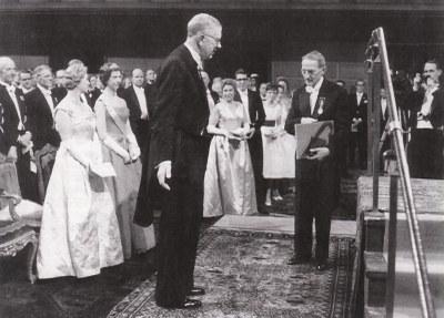 Předání Nobelovy ceny prof. J. Heyrovskému švédským králem Gustavem VI. Adolfem ve Stockholmu 10. prosince 1959.