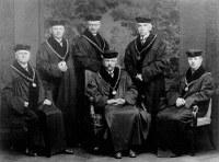 Rektor univerzity prof. Bohumil Němec s děkany všech fakult UK, akademický rok 1921-22. Druhým děkanem PřF byl prof. Jindřich Matiegka (druhý zleva).