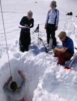 Měření vlastností sněhu v horském sedle Furkapass ve Švýcarsku se studenty University of Zurich. Autor: Michal Jeníček.