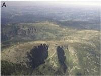 Obr. 1. Ledovcem vytvořené formy v Krkonoších - Sněžné jámy (PL) v popředí a Labský důl (CZ) – uprostřed vlevo (foto: MGGP Aero - Polsko).