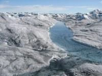 Při tání ledovců nedochází pouze ke snížení salinity, ale může také docházet ke zvýšení koncentrace toxických látek. Foto: Marek Stibal.