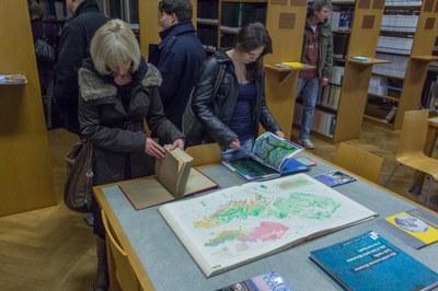 Studenti i jejich doporovod si se zájmem prohlíželi vystavené publikace.